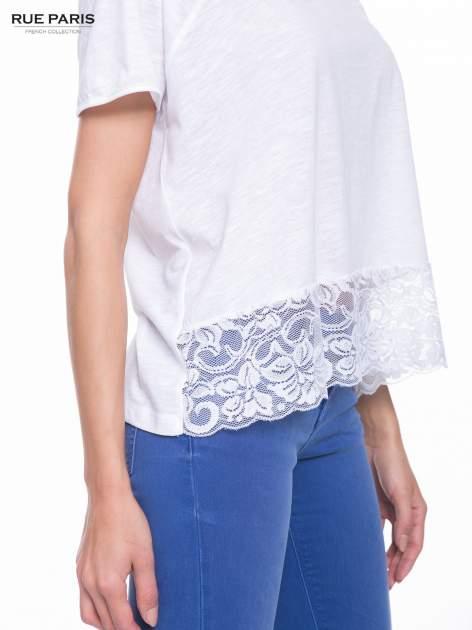 Biały t-shirt z koronkowym dołem                                  zdj.                                  6