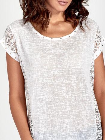 Biały t-shirt z koronkowym tyłem i dżetami                                  zdj.                                  5