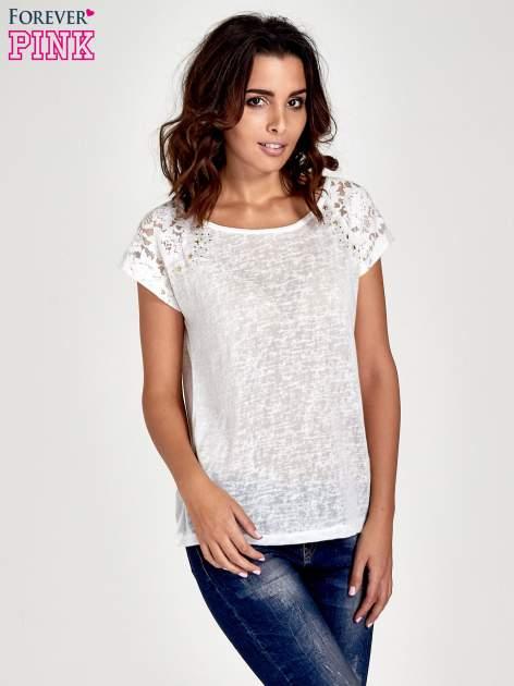 Biały t-shirt z koronkowymi rękawami i gwiazdkami                                  zdj.                                  1