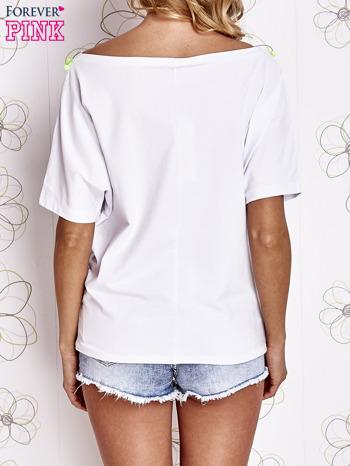 Biały t-shirt z limonkowymi pomponikami przy dekolcie                                  zdj.                                  4