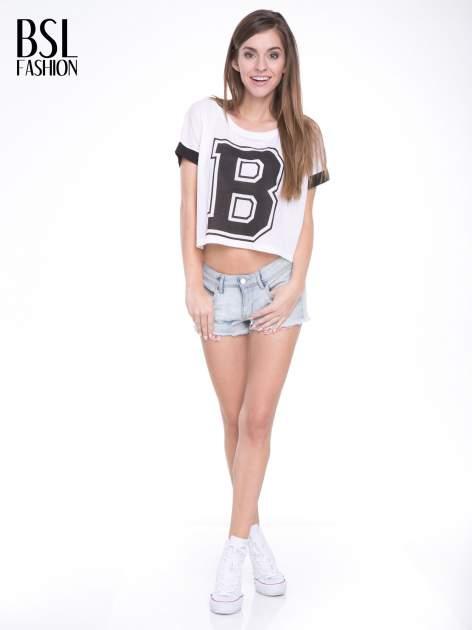 Biały t-shirt z literą B i kontrastowymi rękawami w stylu baseballowym                                  zdj.                                  5