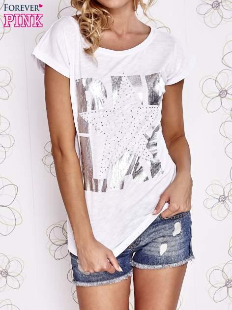 Biały t-shirt z motywem gwiazdy i dżetami