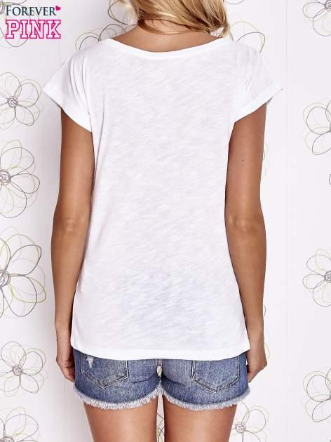 Biały t-shirt z motywem gwiazdy i dżetami                                  zdj.                                  4