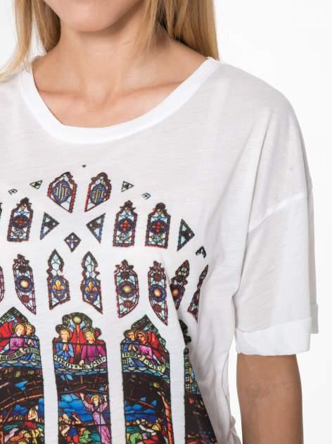 Biały t-shirt z motywem religijnym                                  zdj.                                  7