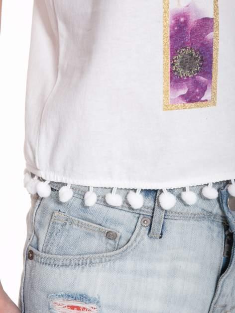 Biały t-shirt z nadrukiem CUTE i pomponami w stylu etno                                  zdj.                                  9