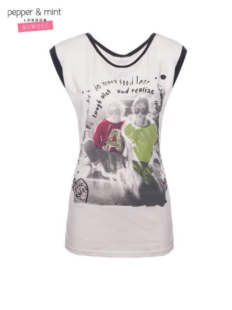 Biały t-shirt z nadrukiem i czarną lamówką                                  zdj.                                  2
