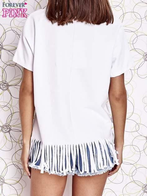 Biały t-shirt z nadrukiem i frędzlami                                  zdj.                                  4
