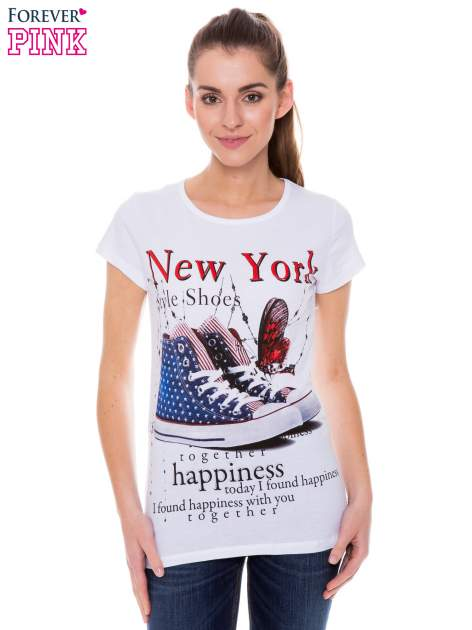 Biały t-shirt z nadrukiem trampek                                  zdj.                                  1