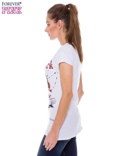 Biały t-shirt z nadrukiem trampek                                  zdj.                                  2