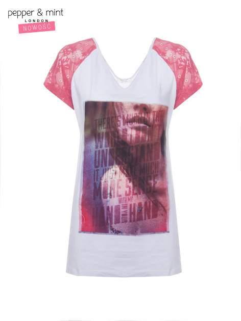 Biały t-shirt z nadrukiem twarzy i fuksjowymi koronkowymi rękawami                                  zdj.                                  2