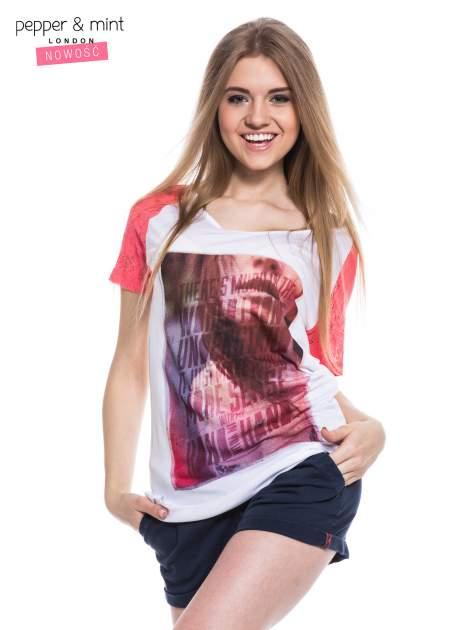 Biały t-shirt z nadrukiem twarzy i różowymi koronkowymi rękawami                                  zdj.                                  1