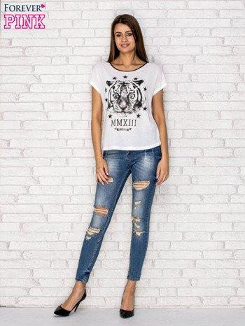 Biały t-shirt z nadrukiem tygrysa i zipem z tyłu                                  zdj.                                  4
