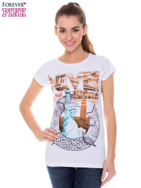Biały t-shirt z nadrukiem w amerykańskim stylu