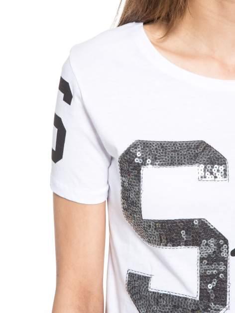 Biały t-shirt z nadrukiem z cekinami                                  zdj.                                  5