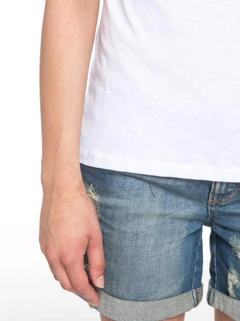 Biały t-shirt z nadrukiem z cekinami                                  zdj.                                  6