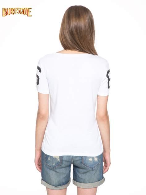 Biały t-shirt z nadrukiem z cekinami                                  zdj.                                  4