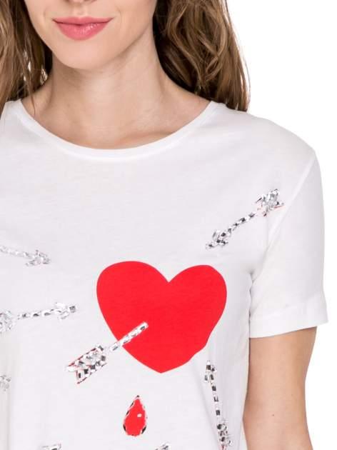 Biały t-shirt z nadrukiem złamanego serca                              zdj.                              5