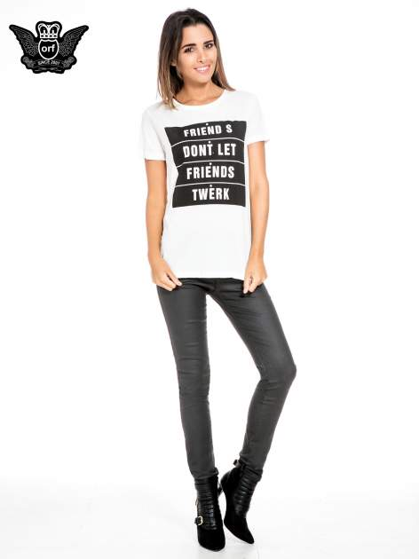 Biały t-shirt z napisem FRIENDS DON'T LET FRIENDS TWERK                                  zdj.                                  2