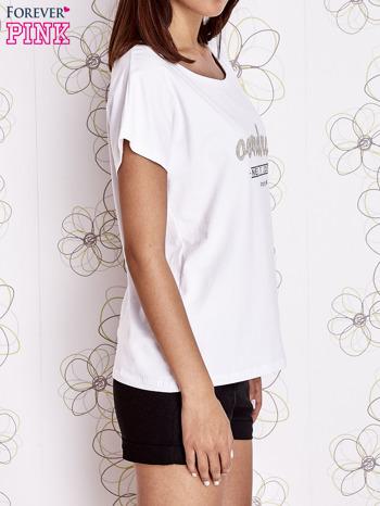 Biały t-shirt z napisem NEED IT LOUDER                                  zdj.                                  3