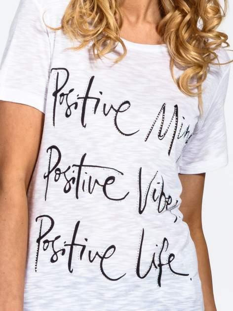 Biały t-shirt z napisem POSITIVE MIND z dżetami                                  zdj.                                  5