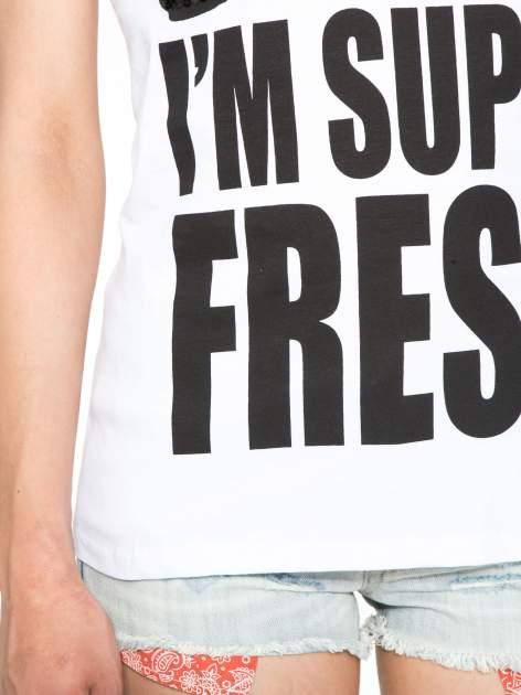 Biały t-shirt z napisem SORRY I'M SUPER FRESH z dżetami                                  zdj.                                  6