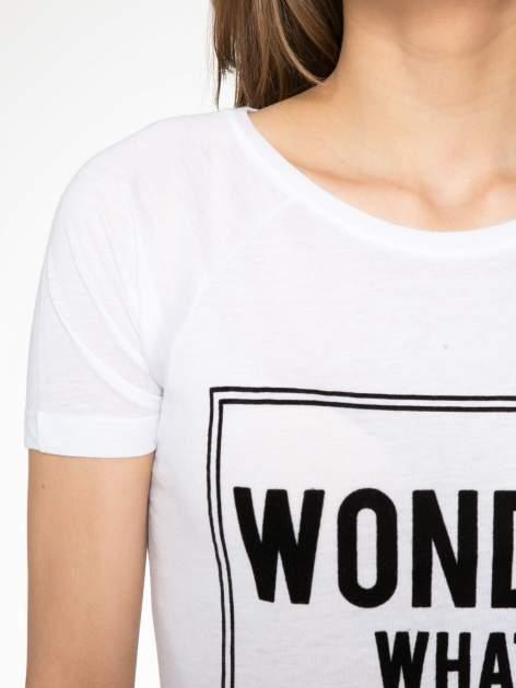 Biały t-shirt z napisem WONDER WHAT?                                  zdj.                                  5