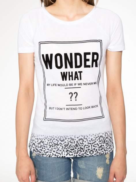 Biały t-shirt z napisem WONDER WHAT?                                  zdj.                                  7