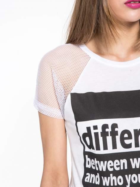Biały t-shirt z napisem i siateczkowymi rękawami                                  zdj.                                  5