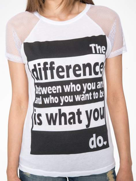 Biały t-shirt z napisem i siateczkowymi rękawami                                  zdj.                                  6