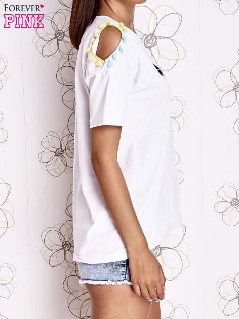 Biały t-shirt z naszywką motyla i pomponami                                  zdj.                                  3