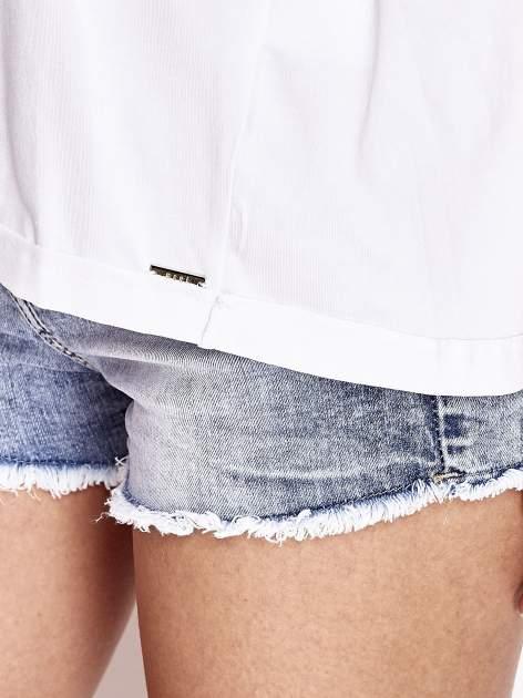 Biały t-shirt z naszywką motyla i pomponami                                  zdj.                                  6