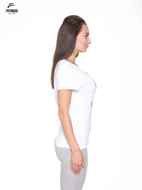 Biały t-shirt z numerem i sportową lamówką w stylu college                                  zdj.                                  3