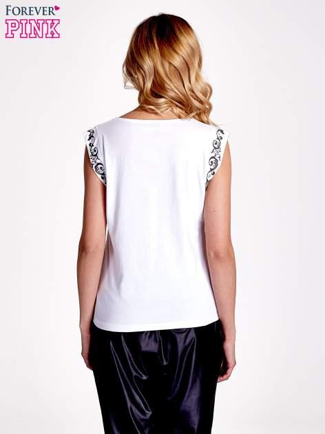 Biały t-shirt z ornamentem na rękawach                                  zdj.                                  4
