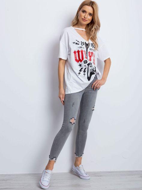 Biały t-shirt z rockowym printem                              zdj.                              4