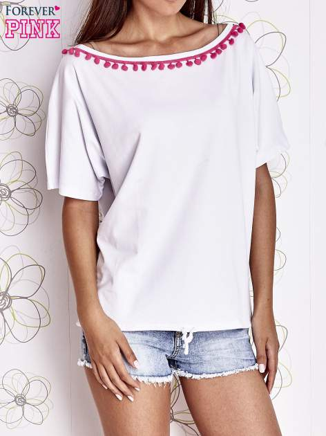 Biały t-shirt z różowymi pomponikami przy dekolcie                                  zdj.                                  1