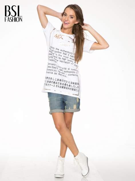 Biały t-shirt z tekstowym nadrukiem i znakami chińskimi                                  zdj.                                  5