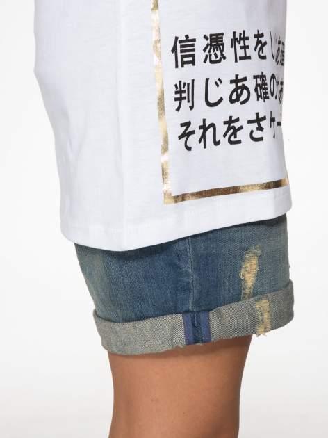 Biały t-shirt z tekstowym nadrukiem i znakami chińskimi                                  zdj.                                  10