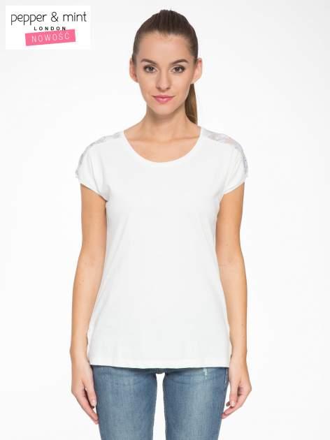 Biały t-shirt z tiulowo-panterkową wstawką przy ramionach
