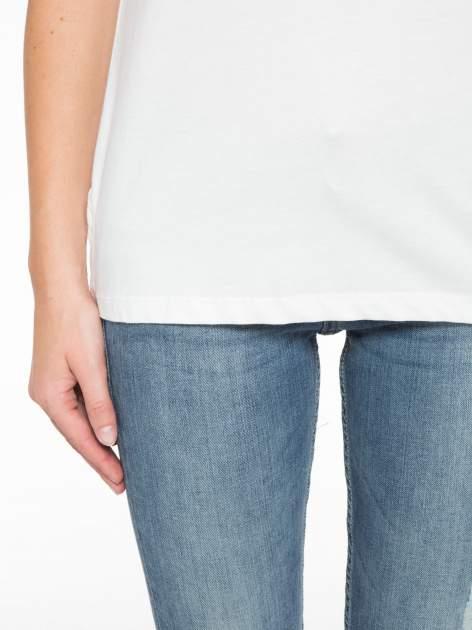 Biały t-shirt z tiulowo-panterkową wstawką przy ramionach                                  zdj.                                  6