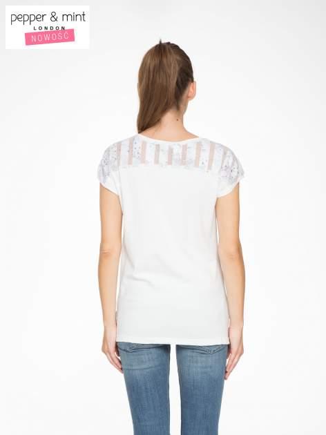 Biały t-shirt z tiulowo-panterkową wstawką przy ramionach                                  zdj.                                  3