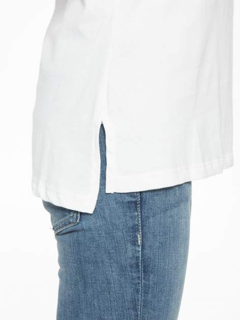 Biały t-shirt z tiulowo-panterkową wstawką przy ramionach                                  zdj.                                  9