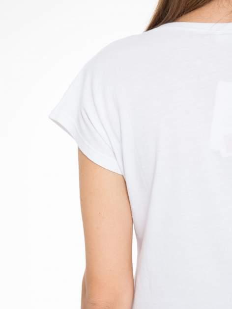 Biały t-shirt z tropikalnym nadrukiem                                  zdj.                                  8