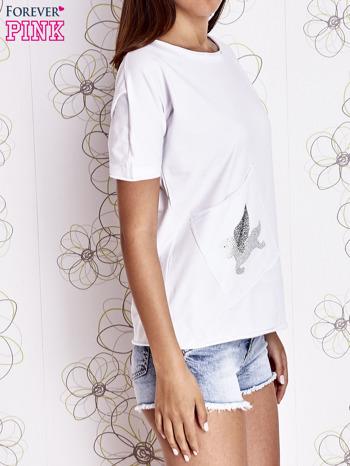 Biały t-shirt z ukośną kieszenią i dżetami                                  zdj.                                  1