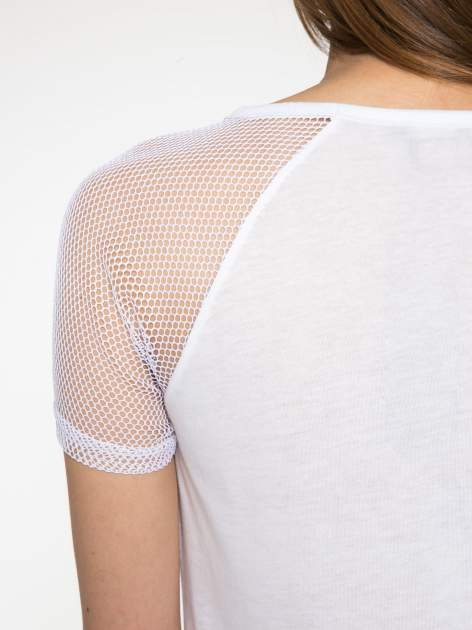 Biały t-shirt z ustami z cekinów i rękawami z siateczki                                  zdj.                                  10