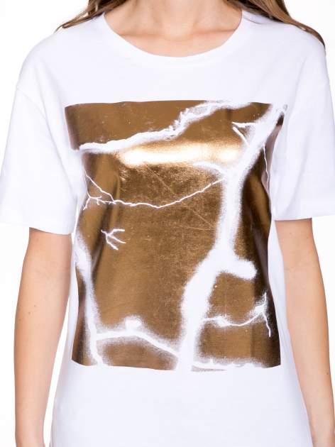 Biały t-shirt ze złotą grafiką                                  zdj.                                  6