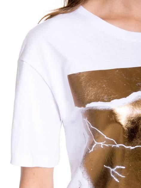 Biały t-shirt ze złotą grafiką                                  zdj.                                  8