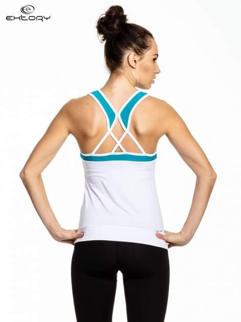 Biały top sportowy z siateczką i skrzyżowanymi ramiączkami                                  zdj.                                  3