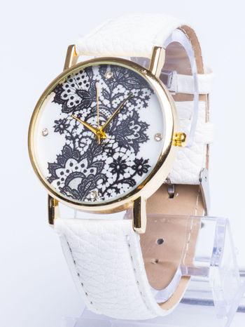 Biały zegarek damski na skórzanym pasku z motywem koronki