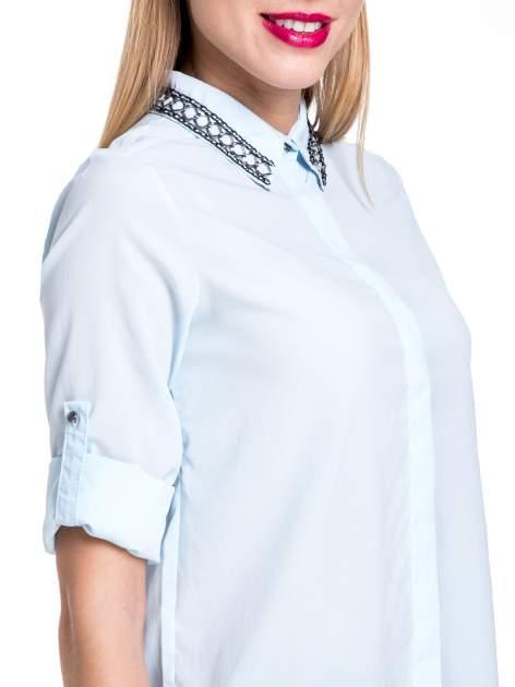 Błękitna elegancka koszula z łańcuszkami na kołnierzyku                                  zdj.                                  8
