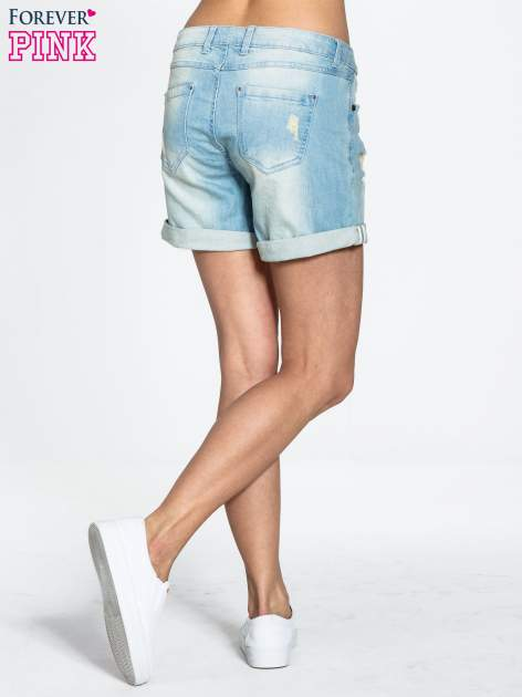 Błękitne jeansowe szorty z podwijanymi nogawkami                                  zdj.                                  2